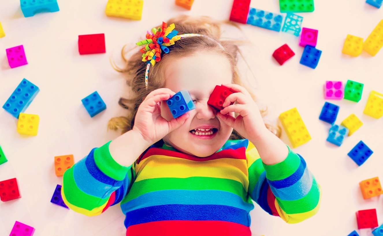 Mais do que brinquedo a criança precisa de… (Quando o brinquedo pode ser um vilão do desenvolvimento infantil)
